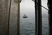 Un navire de transport de containers passe devant l'ile de Hong Kong alors qu'un orage se pr&eacute;pare.<br /> <br /> Un container ship passing in front of Hong kong island before a storm.