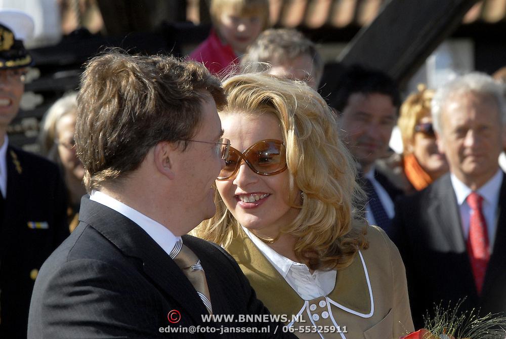 NLD/Woudrichem/20070430 - Koninginnedag 2007, Mabel Wisse Smit met zonebril in gesprek met haar partner prins Johan Friso