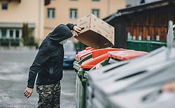 21.03.2020, Kaprun, AUT, tägliches Leben mit dem Coronavirus, im Bild ein Mann mit Mundschutz bringt Müll zu einem Container. Für ganz Österreich wurde eine Ausgangsbeschränkung der Bundesregierung ausgesprochen // a man with a mask is taking garbage to a dumpster. The Austrian government is pursuing aggressive measures in an effort to slow the ongoing spread of the coronavirus, Kaprun, Austria on 2020/03/21. EXPA Pictures © 2020, PhotoCredit: EXPA/ Stefanie Oberhauser