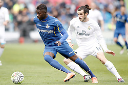 16.04.2016, Estadio Coliseum Alfonso Perez, Getafe, ESP, Primera Division, Getafe CF vs Real Madrid, 33. Runde, im Bild Getafe's Karim Yoda (l) and Real Madrid's Gareth Bale // during the Spanish Primera Division 33th round match between Getafe CF and Real Madrid at the Estadio Coliseum Alfonso Perez in Getafe, Spain on 2016/04/16. EXPA Pictures © 2016, PhotoCredit: EXPA/ Alterphotos/ Acero<br /> <br /> *****ATTENTION - OUT of ESP, SUI*****