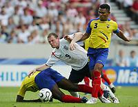 v.l. Giovanny Espinoza, Wayne Rooney, Ivan Hurtado Ecuador <br /> Fussball WM 2006 Achtelfinale England - Ecuador<br /> norway only