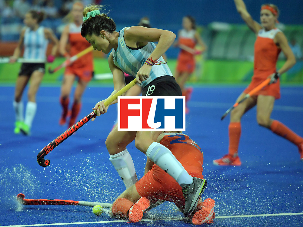 Argentina's Agustina Albertarrio (top) vies with Netherland's Margot van Geffen during the women's quarterfinal field hockey Netherland vs Argentina match of the Rio 2016 Olympics Games at the Olympic Hockey Centre in Rio de Janeiro on August 15, 2016.  / AFP / Carl DE SOUZA        (Photo credit should read CARL DE SOUZA/AFP/Getty Images)