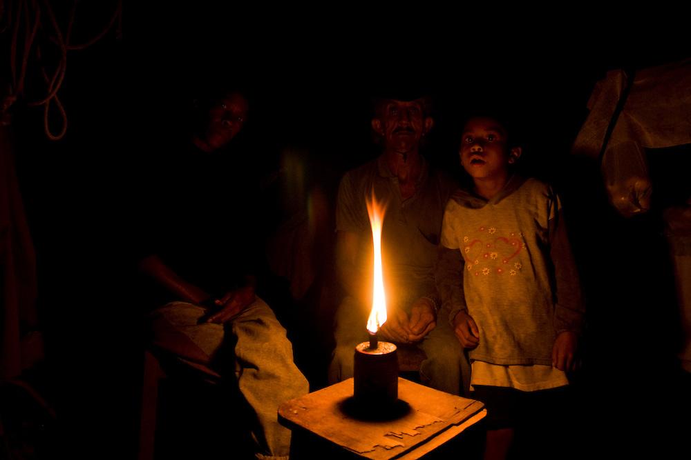 Juiz de Fora_MG, Brasil...Familia, de uma zona rural em Juiz de Fora, utilizando lampiao para iluminar a casa...The family, in rural area in Juiz de Fora, using lantern for illuminate the house..