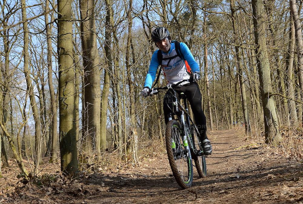 01-04-2013 ALGEMEEN: WE BIKE 2 CHANGE DIABETES: ARNHEM<br /> In de bossen bij Papendal werd de tweede meeting van de BvdGf gehouden met een fotosessie en een stukje biken / Hugo<br /> &copy;2013-FotoHoogendoorn.nl
