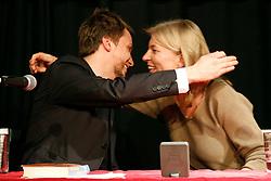 """Katharina Hagena und Benjamin Lebert diskutieren in der Hamburger 2ten Heimat über Reflexion und Veränderung der Bedeutung der Literatur für die Verhältnisse. """"Mit Hilfe von Geschichten den Ungeheuerlichkeiten zu begegnen ohne zu versteinern"""", definiert Hagena das Publizieren. Für Lebert beginnt """"das Schreiben erst, wenn wir Gefahr laufen zu Stein zu werden"""". Im Bild (von links): Benjamin Lebert und Katharina Hagena<br /> <br /> Ort: Hamburg<br /> Copyright: Karin Behr<br /> Quelle: PubliXviewinG"""