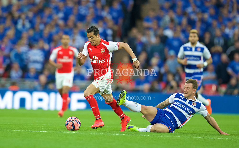 LONDON, ENGLAND - Saturday, April 18, 2015: Arsenal's Alexis Sanchez in action against Reading's Simon Cox during the FA Cup Semi-Final match at Wembley Stadium. (Pic by David Rawcliffe/Propaganda)