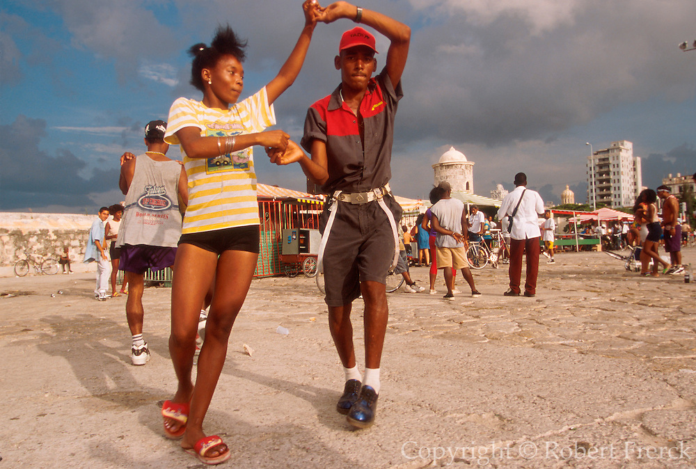 CUBA, HAVANA, HABANA VIEJA couples dancing on the Malecon