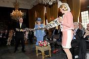Beatrix opent tentoonstelling Máxima, 10 jaar in Nederland.//<br /> Queen Beatrix opens the exibition Maxima 10 years in the Netherlands<br /> <br /> Op de foto:<br /> <br />  Koningin Beatrix, prinses Maxima en de directeur van Nationaal Museum Paleis Het Loo, J. ter Molen, verrichten zaterdag de openingshandeling van de tentoonstelling 'Maxima, 10 jaar in Nederland'. /// Queen Beatrix, Princess Maxima and the Director of National Museum Palace Het Loo, J. to Mill, perform the opening ceremony Saturday of the exhibition 'Maxima 10 years in the Netherlands.