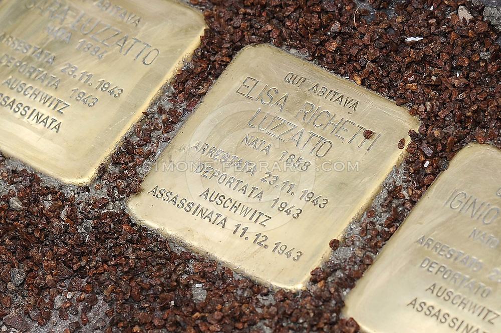 Gorizia 20/01/2016<br /> Gorizia e' la prima citt&agrave; del Friuli Venezia Giulia a ricordare gli ebrei deportati durante il periodo nazista con l'installazione delle Stolpersteine (pietre d&rsquo;inciampo) dell'artista tedesco Gunter Demnig.<br /> Nella foto: l'installazione delle pietre in via Giuseppe Garibaldi nei pressi del civ 5.<br /> &copy; foto di Simone Ferraro