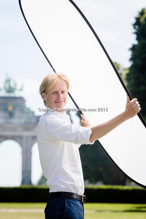 Portret in het Jubelpark te Brussel van Arjan Noorlander. Hij is presentator van het NOS Journaal vanuit Brussel en verslaat de internationale politiek bij de Europese comissie, het EP en de NATO. Brussels, Belgium 1st July