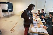 Nederland, Ubbergen, 9-6-2010Verkiezingen voor de tweede kamer. De vrouw van de fotograaf meldt zich op het stembureau waar haar identiteit wordt gecontroleerd.Netherlands, general elections.Foto: Flip Franssen/Hollandse Hoogte