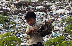 60129655  <br /> A child carries a basket of wastes on the outskirts of Yangon, Myanmar.<br /> Monday, 15th July 2013<br /> Picture by imago / i-Images<br /> UK ONLY