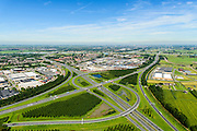 Nederland, Utrecht, Gemeente Vianen, 23-08-2016; Knooppunt Everdingen, aansluiting A27 (naar rechts) en A2 (naar links). Lek aan de horizon. Gedeeltelijk turbineknooppunt. Everdingen junction between motorway A2 en A2<br /> <br /> luchtfoto (toeslag op standard tarieven);<br /> aerial photo (additional fee required);<br /> copyright foto/photo Siebe Swart