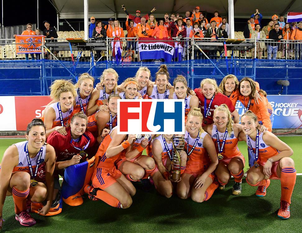 AUCKLAND - Sentinel Hockey World League final women<br /> Match id:10322<br /> 22 NED v NZL (Final)<br /> Foto: Nederland met de ouders<br /> Netherlands wins the Sentinel Hockey World League<br /> WORLDSPORTPICS COPYRIGHT FRANK UIJLENBROEK