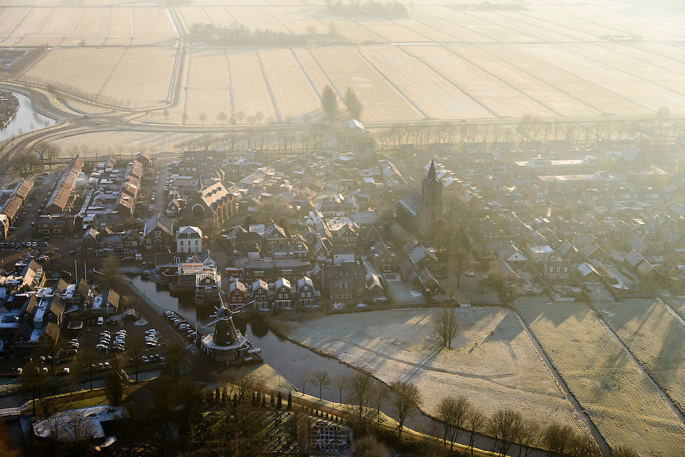 Nederland, Utrecht, Gemeente Bunschoten-Spakenburg, 18-01-2016;  dorpskern Spakenburg met korenmolen De Hoop en Gereformeerdee Kerk (PKN)<br /> Small village, north of Utrecht.<br /> luchtfoto (toeslag op standard tarieven);<br /> aerial photo (additional fee required);<br /> copyright foto/photo Siebe Swart