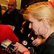 NLD/Amstelveen/20120216 - Presentatie Charityarmband Rode Kruis, verslaggeefster SBS Shownieuws koopt armbandje