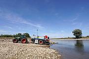 Nederland, the netherlands, Voorst, 7-8-2018Het waterschap Vallei en IJssel houdt de dijkvakken, dijken, dijk, van pas gereedgekomen projecten langs de IJssel met gierwagens nat omdat het gras nog niet diep genoeg geworteld is en liever niet afsterft . Omgeving Zutphen .Foto: Flip Franssen