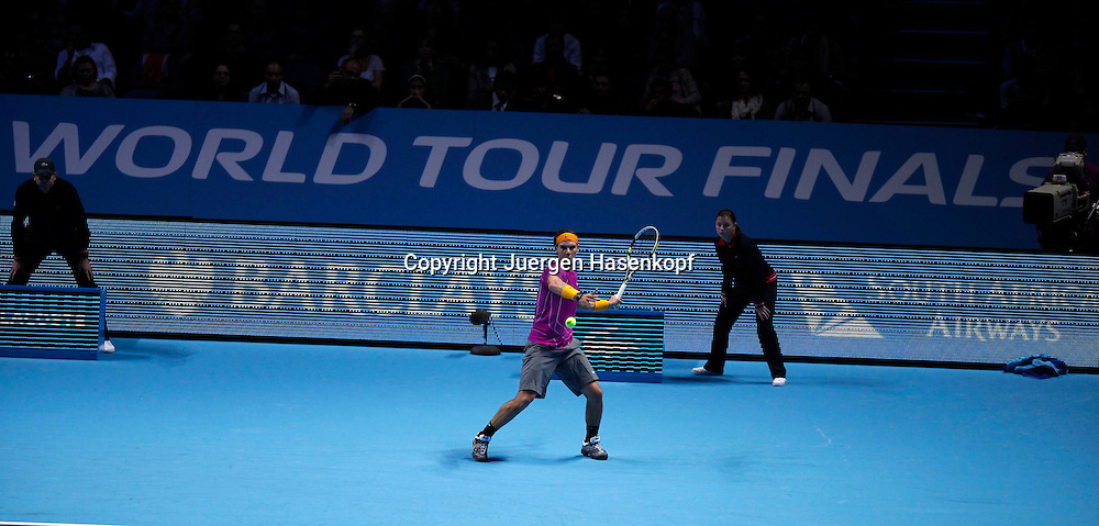 ATP World Tour Finals  2010 in der O2 Arena in London, HerrenTennis Turnier, WM, Weltmeisterschaft, Rafael Nadal (ESP) vor dem WORLD TOUR FINALS Logo,action,