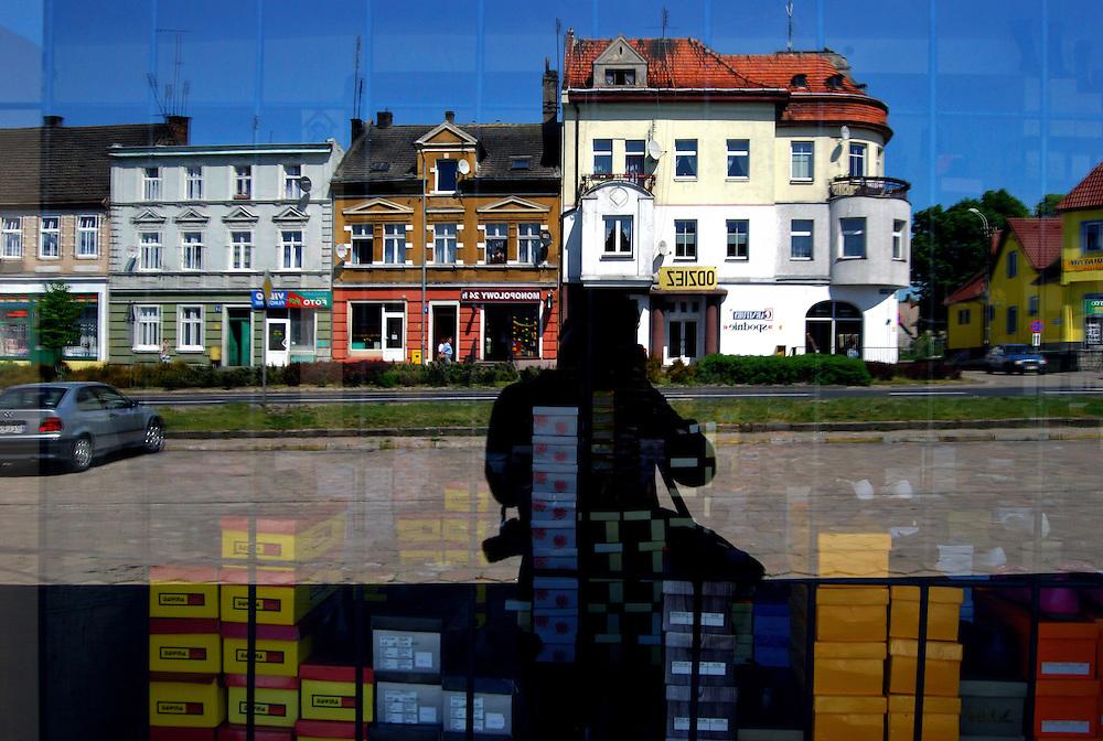 POLAND / POLONIA<br /> Vitrina de zapateria en la ciudad de Jastrowie<br /> Photography by Aaron Sosa<br /> Polonia 2008<br /> (Copyright © Aaron Sosa)