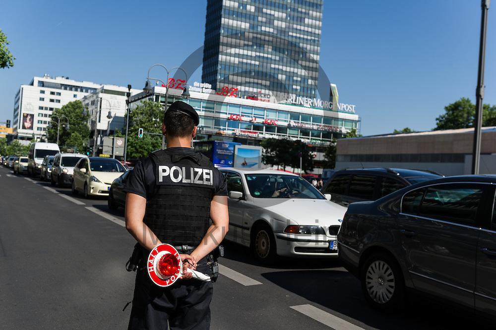 Ein Polizist beobachtet w&auml;hrend einer Verkehrskontrolle  am 08.06.2016 in Berlin, Deutschland den Verkehr. Foto: Markus Heine / heineimaging<br /> <br /> ------------------------------<br /> <br /> Ver&ouml;ffentlichung nur mit Fotografennennung, sowie gegen Honorar und Belegexemplar.<br /> <br /> Bankverbindung:<br /> IBAN: DE65660908000004437497<br /> BIC CODE: GENODE61BBB<br /> Badische Beamten Bank Karlsruhe<br /> <br /> USt-IdNr: DE291853306<br /> <br /> Please note:<br /> All rights reserved! Don't publish without copyright!<br /> <br /> Stand: 06.2016<br /> <br /> ------------------------------w&auml;hrend einer Verkehrskontrolle  am 08.06.2016 in Berlin, Deutschland. Foto: Markus Heine / heineimaging<br /> <br /> ------------------------------<br /> <br /> Ver&ouml;ffentlichung nur mit Fotografennennung, sowie gegen Honorar und Belegexemplar.<br /> <br /> Bankverbindung:<br /> IBAN: DE65660908000004437497<br /> BIC CODE: GENODE61BBB<br /> Badische Beamten Bank Karlsruhe<br /> <br /> USt-IdNr: DE291853306<br /> <br /> Please note:<br /> All rights reserved! Don't publish without copyright!<br /> <br /> Stand: 06.2016<br /> <br /> ------------------------------