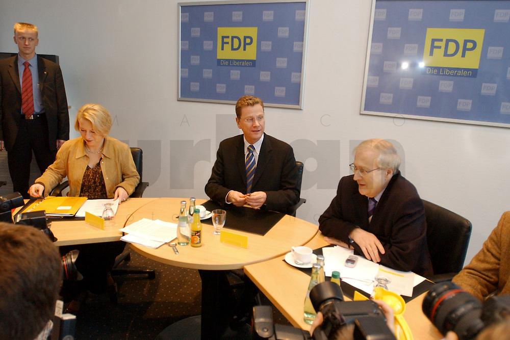 02 DEC 2002, BERLIN/GERMANY:<br /> Cornelia Pieper, FDP Generalsekretaerin, Guido Westerwelle, FDP Bundesvorsitzender, und rainer Bruederle, Stellv. FDP Bundesvorsitzender, (v.L.n.R.), vor Beginn der Sitzung FDP Praesidium, Thomas-Dehler-Haus<br /> IMAGE: 20021202-01-003<br /> KEYWORDS: Rainer Br&uuml;derle, Pr&auml;sidium