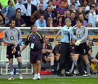 Photo: Richard Lane.<br />Arsenal v Barcelona. UEFA Champions League Final. 17/05/2006.<br />Arsenal's Jens Lehmann is consoled by Arsene Wenger after being sent off.