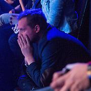 NLD/Amsterdam/20131129 - The Voice of Holland 2013, 3de show, Diederik Jewel luistert in zenuwen met zijn handen voor zijn gezicht naar de jury