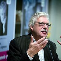 """Nederland,Den Haag,11 december 2005..Schrijver Jan Siebelink is te gast voor een interview in boekhandel Paagman en signeert  zijn laatste roman """"Knielen op een bed violen""""..Foto:Jean-Pierre Jans"""