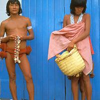 Pareja de aborigenes vendiendo artesanía, Puerto Ayacucho, Amazonas, Venezuela.