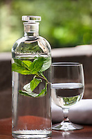 Agua de Menta/ Mint infused water, un bebida refrescante. A refreshing and healthy drink