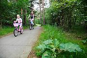 In de bossen bij Soest rijdt een vrouw met haar dochter op de fiets.<br /> <br /> In the woods near Soest a woman is cycling with her daughter.