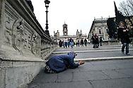 Roma 25 Febbraio 2008.Una donna Rom chiede l'elemosina sulle scale del Campidoglio.Rome, 25 February 2008 <br /> A Roma woman asks for alms on stairway of Campidoglio
