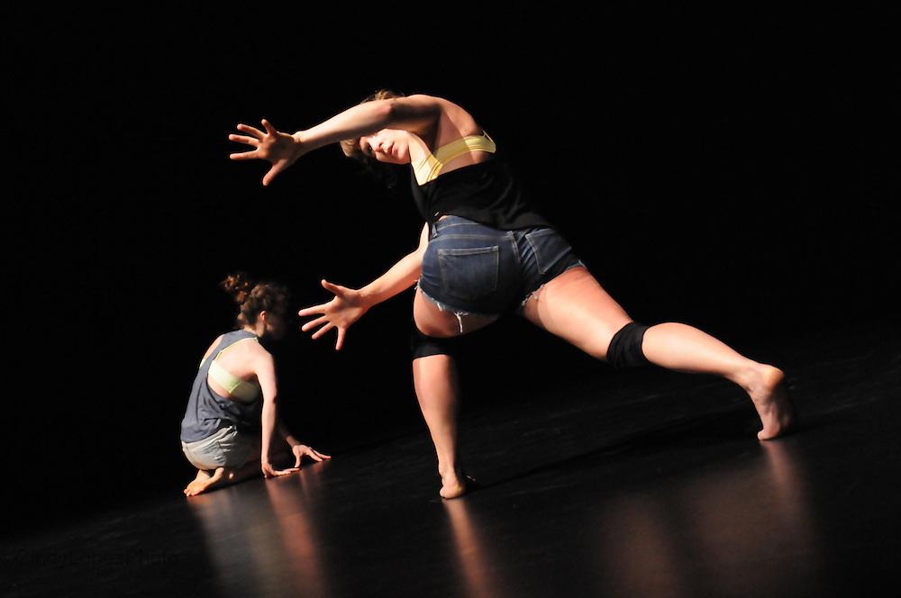 Corps-peau-ration. Josiane Fortin Danse. Interprètes: Myriam Tremblay-Quévillon et Josiane Fortin (photo de spectacle). Festival Fringe Montreal 2013.