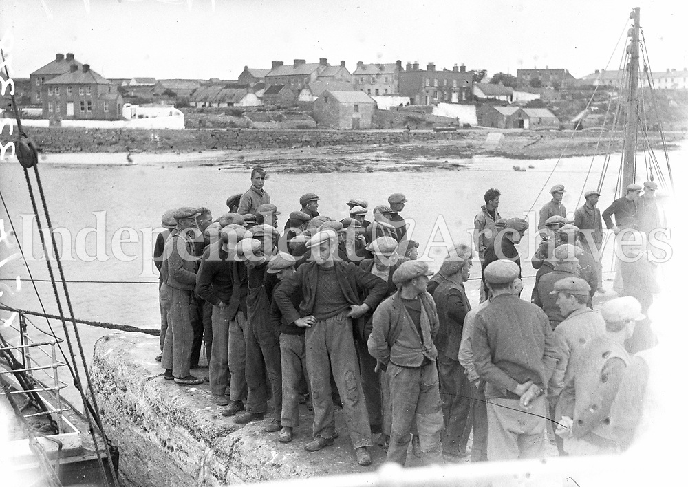 H3347<br /> Visit to Aran Islands. Crowd of fishermen on quayside at Kilronan.(Part of the Independent Newspapers/NLI Collection)