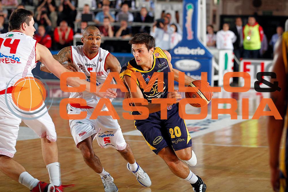 DESCRIZIONE : Varese Lega A 2010-11 Cimberio Varese Fabi Shoes Montegranaro<br /> GIOCATORE : Andrea Cinciarini<br /> SQUADRA : Fabi Shoes Montegranaro<br /> EVENTO : Campionato Lega A 2010-2011<br /> GARA : Cimberio Varese Fabi Shoes Montegranaro<br /> DATA : 12/05/2011<br /> CATEGORIA : Palleggio<br /> SPORT : Pallacanestro<br /> AUTORE : Agenzia Ciamillo-Castoria/G.Cottini<br /> Galleria : Lega Basket A 2010-2011<br /> Fotonotizia : Varese Lega A 2010-11 Cimberio Varese Fabi Shoes Montegranaro<br /> Predefinita :