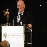NLD/Bussum/20051212 - Uitreiking Gouden Beelden 2005, Hans Kemna  reikt beeld uit voor beste acteur