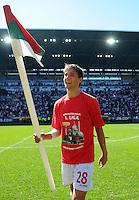 2. Fussball Bundesliga:  Saison  2010/2011    33. Spieltag  FC Augsburg - FSV Frankfurt     08.05.2011 AUGSBURG JUBEL NACH DEM AUFSTIEG IN DIE ERSTE 1. BL JUBEL mit der ECKFAHNE Moritz Leitner (FC Augsburg)