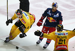 07.04.2019, Albert Schultz Halle, Wien, AUT, EBEL, Vienna Capitals vs EC Red Bull Salzburg, Halbfinale, 5. Spiel, im Bild v.l. Torjubel Sondre Olden (spusu Vienna Capitals) nach seinem Treffer zum 2:1 in der Overtime, Ryan Duncan (EC Red Bull Salzburg) und Riley Holzapfel (spusu Vienna Capitals) // during the Erste Bank Icehockey 5th semifinal match between Vienna Capitals and EC Red Bull Salzburg at the Albert Schultz Halle in Wien, Austria on 2019/04/07. EXPA Pictures © 2019, PhotoCredit: EXPA/ Thomas Haumer