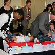 NLD/Amsterdam/20080613 - Verkiezing Beste Pappa van het jaar 2008, wedstrijd luier verwisselen, Patrick Kluivert en Edwin Smulders