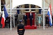 Fran&ccedil;ois Hollande brengt een officieel bezoek aan Nederland. Hollande is in Nederland om de handelsbetrekkingen aan te halen.<br /> <br /> Fran&ccedil;ois Hollande brings an official visit to the Netherlands. Hollande is in the Netherlands for &quot;better&quot;Trading relations<br /> <br /> Op de foto/ On the photo:  De Franse president Fran&ccedil;ois Hollande komt aan op Paleis Noordeinde en wordt ontvangen door Koning Willem-Alexander en koningin Maxima <br /> <br /> French President Francois Hollande arrives at Noordeinde Palace and is received by King Willem-Alexander and Queen Maxima