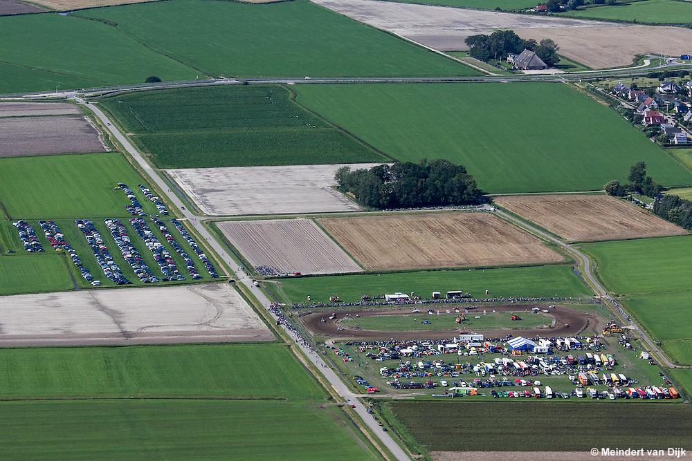 HALLUM – De 52ste autocross in Hallum werd op zaterdag 29 augustus 2015 vanaf 11:00 uur gehouden. Ook deze editie van de bekendste en oudste cross van Fryslân werd weer verreden op het mooie terrein aan de Zuidermiedweg te Hallum. Dit jaar verschenen de volgende klassen aan de start: F1 stockcars, FAC 1600, Rodeo, Vrije Standaard en de HAC 1600 regioklasse. Ook de oude crossauto's uit vroeger tijden stonden weer op het programma.