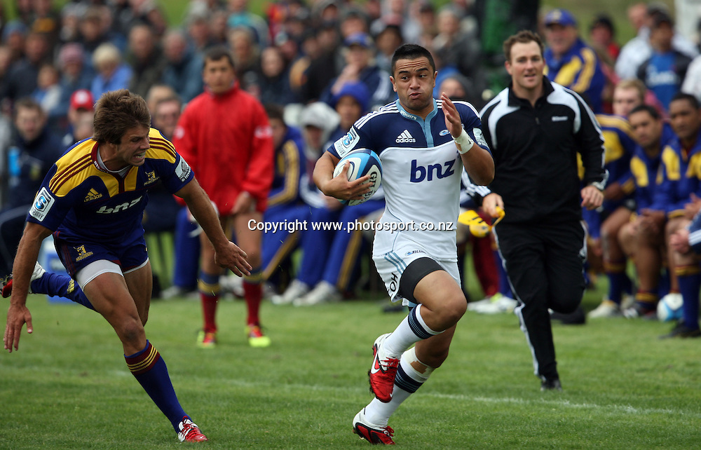 Sherwin Stowers outpaces James Paterson.<br /> Investec Super Rugby Pre-season - Highlanders v Blues, 29 January 2011, AMP Showgrounds, Balclutha, New Zealand.<br /> Photo: Rob Jefferies/PHOTOSPORT