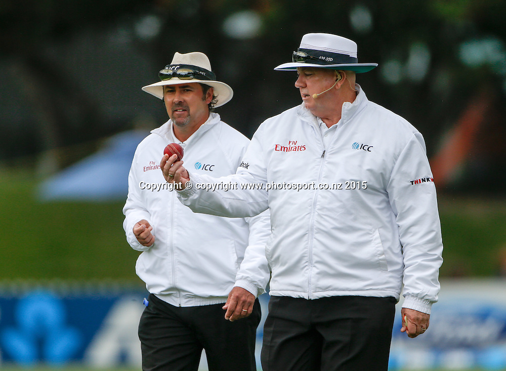 Umpire Steve Davis looks at the condition of the ball. Fourth day, second test, ANZ Cricket Test series, New Zealand Black Caps v Sri Lanka, 06 January 2015, Basin Reserve, Wellington, New Zealand. Photo: John Cowpland / www.photosport.co.nz