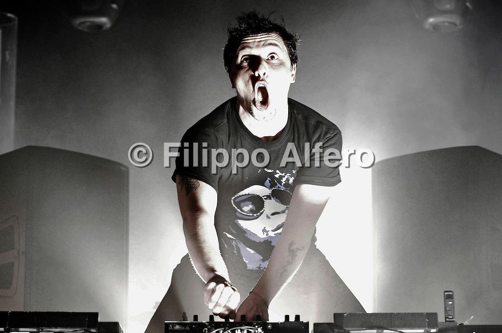 © Filippo Alfero<br /> Motel Connection in concerto<br /> Torino, 09/04/2010<br /> spettacolo<br /> Nella foto: Dj Pisti sul palco dell'Hiroshima mon amour