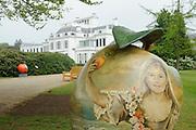Appeltjes van Soestdijk<br /> <br /> Deze zomer staan de paleistuinen van Paleis Soestdijk volledig in het teken van de Appeltjes van Soestdijk. De kleurrijke collectie van maar liefst 50 beschilderde appels is vanaf 30 april te zien en voert u door de prachtige tuinen. De appels hebben een doorsnee van maar liefst een meter. De kunstenaars hebben zich laten inspireren door o.a. Koninklijke familieportretten, paleizen, landschappen, geschiedenis en toekomst van ons vorstenhuis. <br /> <br /> Apples of Soestdijk<br /> <br /> This summer, the palace gardens of Soestdijk are completely dominated by the Apples of Soestdijk. The colorful collection of no less than 50 painted apples can be seen from April 30 and run through the beautiful gardens. The apples have a diameter of no less than one meter. The artists were inspired by ao royal family portraits, palaces, landscapes, history and future of our dynasty.<br /> <br /> Op de foto / On the photo: <br />  Prinses Amalia