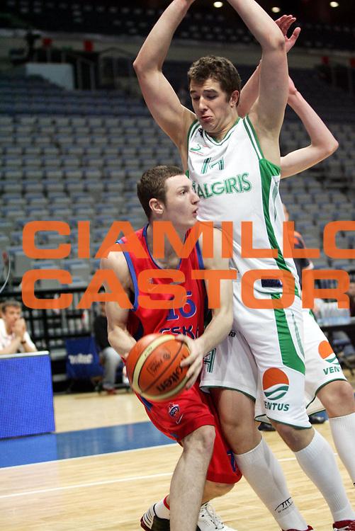 DESCRIZIONE : Praga Eurolega 2005-06 Final Four Torneo Giovanile Pbc Cska Mosca Bc Zalgiris Kaunas<br />GIOCATORE : Omelchenko<br />SQUADRA : Pbc Cska Mosca <br />EVENTO : Eurolega 2005-2006 Final Four Torneo Giovanile <br />GARA : Pbc Cska Mosca Bc Zalgiris Kaunas<br />DATA : 30/04/2006 <br />CATEGORIA : Palleggio<br />SPORT : Pallacanestro <br />AUTORE : Agenzia Ciamillo-Castoria/P.Lazzeroni