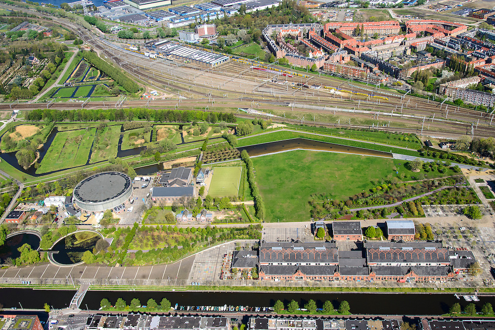 Nederland, Noord-Holland, Amsterdam, 09-04-2014;<br /> Cultuurpark Westergasfabriek en Westerpark op het voormalige  Westergasterrein, langs de Haarlemmertrekvaart en de Haarlemmerweg. Spoor met trein boven in beeld. Spaarndammer buurt boven.<br /> Buildings of Culture park Westergasfabriek and the Westerpark on the former Westergasterrein (gasworks).luchtfoto (toeslag op standard tarieven);<br /> aerial photo (additional fee required);<br /> copyright foto/photo Siebe Swart