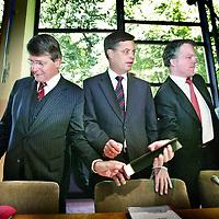 Nederland.den Haag.27 juni 2007.. Piet Hein Donner,premier Jan Peter Balkenende en Wouter Bos, minister van Financien tijdens de participatietop bij SER..Tijdens de top zullen kabinet, sociale partners en gemeenten spreken over werkgelegenheidsbeleid, scholing en betere inzetbaarheid van werknemers, WW en flexibilisering en de betekenis van het ontslagrecht daarvoor. Ook zullen ze kijken welke aanvullende maatregelen genomen kunnen worden om de arbeidsdeelname van ouderen, jongeren, allochtonen en vrouwen te verhogen. Verder wordt er gesproken over manieren om mensen die zonder hulp heel moeilijk aan de slag komen een opstap te bieden naar een reguliere baan, en over verbetering van de aansluiting van het (beroeps)onderwijs op de arbeidsmarkt...Nederland Den Haag , 27 juni 2007 Kabinet, werkgevers en vakbonden zullen woensdag op de participatietop waarschijnlijk geen afspraken maken over een hervorming van het ontslagrecht. Werkgevers en bonden worden het over dit gevoelige onderwerp niet eens. Daarom zal het kabinet er later zelf over besluiten. Het kabinet heeft ,,een zelfstandige verantwoordelijkheid'', zei staatssecretaris Ahmed Aboutaleb voorafgaand aan de top. En door een besluit over het ontslagrecht voor zich uit te schuiven, hoopt het kabinet zowel vakbonden als werkgevers binnenboord te houden. Voorzitter Agnes Jongerius van de FNV gaf voor de participatietop aan geen blokkades op te werpen als het kabinet het ontslagrecht later wil bespreken. De sociale partners komen er onderling toch niet uit, ,,dat ziet een kind'', zei Jongerius. Ontslagvergoeding Ook VNO-NCW-voorzitter Bernard Wientjes maakt zich geen illusies. Hij wees er woensdag op dat er naast de sociale partners ,,een derde partij'' is in het overleg, namelijk het kabinet..The Dutch prime minister's name continues to be mentioned in the corridors of power in Brussels as the first  permanent president of the EU.