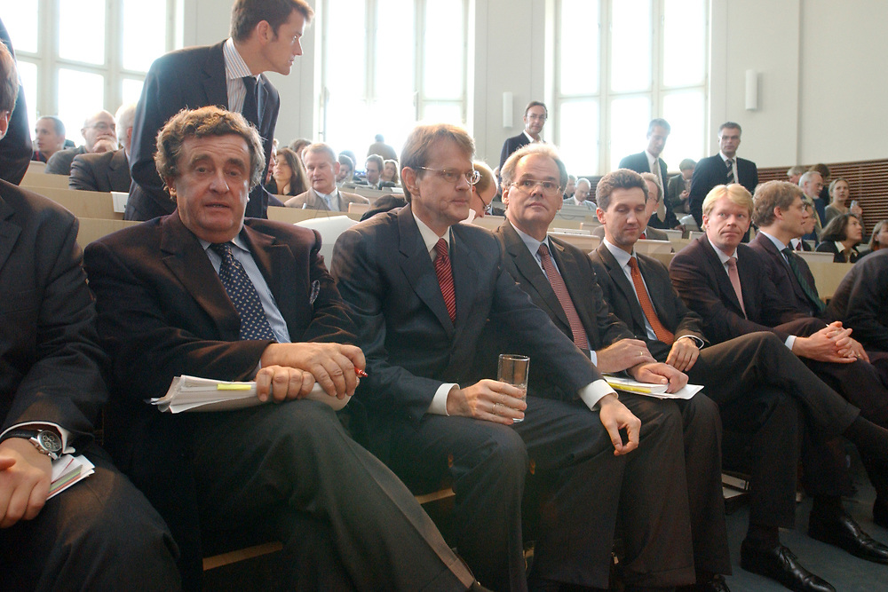 08 SEP 2003, BERLIN/GERMANY:<br /> Michael Grabner (L), Stellv. Vorsitzender der Georg von Holtzbrinck, Dr. Stefan von Holtzbrinck (2.v.L.), Vorsitzender der Geschaeftsfuehrung der Georg von Holtzbrinck GmbH & Co KG, und Prof. Dr. Rainer Bechtold (3.v.L.), Rechtsanwalt Holtzbrinck, vor Wiederaufnahme der mündlichen Verhandlung im Ministererlaubnisverfahren Holtzbrinck/Berliner Verlag nach einer Pause, Hoersaal, Bundesministerium fuer Wirtschaft und Arbeit<br /> IMAGE: 20030908-01-061<br /> KEYWORDS: Tagesspiegel, Berliner Zeitung, Berliner Verlag, Übernahme, Uebernahme, Gespräch