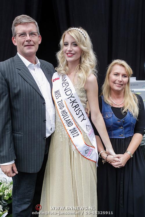NLD/Rotterdam/20120615 - Verkiezing Miss Zuid-Holland 2012, deelneemster en winnares Wendy-Kristy Hoogerbrugge met haar ouders